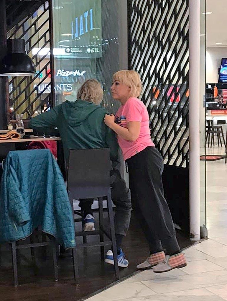 Kimmo ja Petra hempeilivät avoimesti ostoskeskus Forumin aasialaisravintolassa. Huomaa Petran hauskat Ainot!