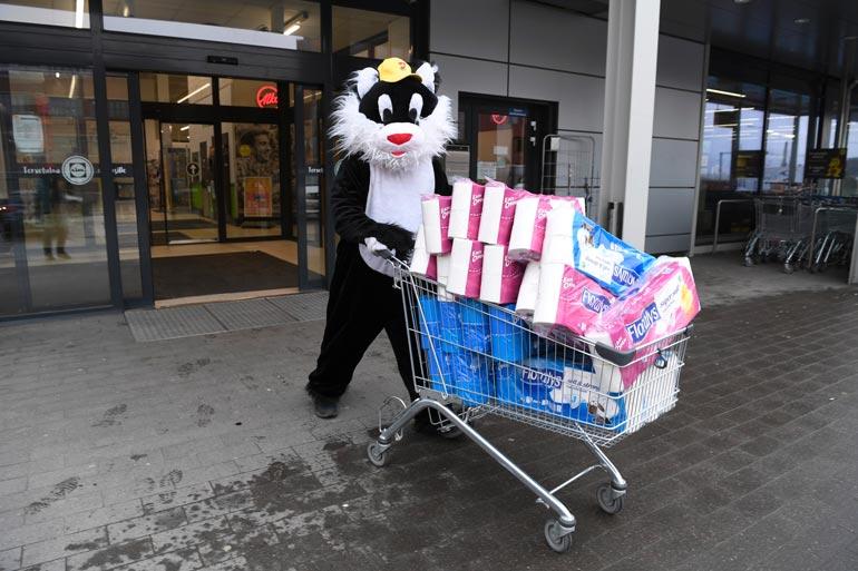 Kohukatti sai puhuttua Lidlin ystävällisen kauppiaan ympäri ja hankki kärryllisen wc-paperia hyväntekeväisyyteen.