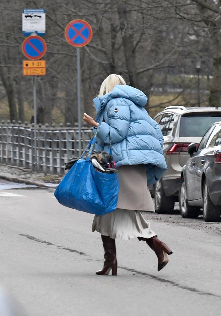 Futarin vaimo raahasi luksuskotiinsa Ikea-kassillisen tavaraa.