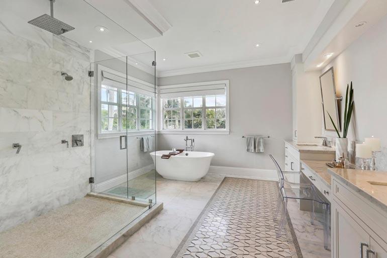 Vaikka kylpyhuone on iso, eivät Madden kolme lasta mahdu pikkuruiseen ammeeseen yhtä aikaa.