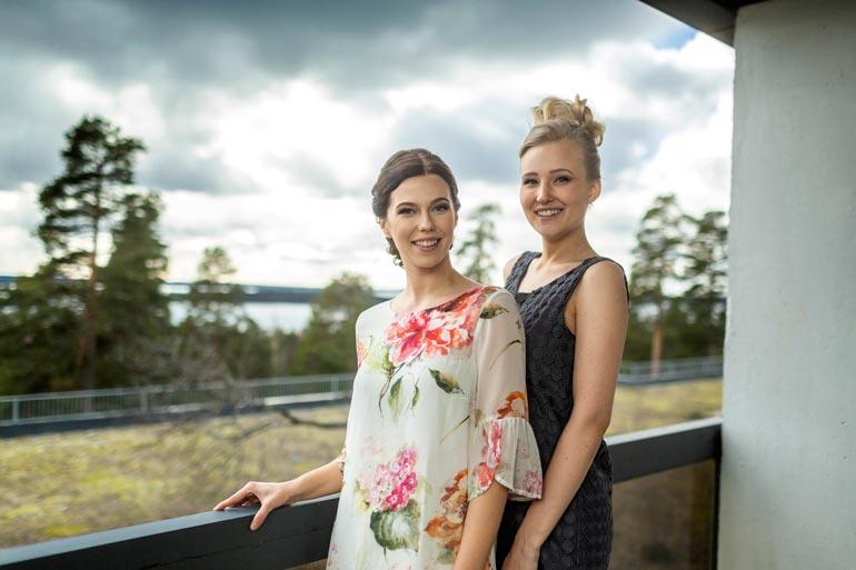 Näkymät kuin Gallen-Kallelan maalauksesta! Viivi Altonen ja Annika Piitulainen poseeraavat hotellin parvekkeella, josta avautuu maisema Vesijärvelle.