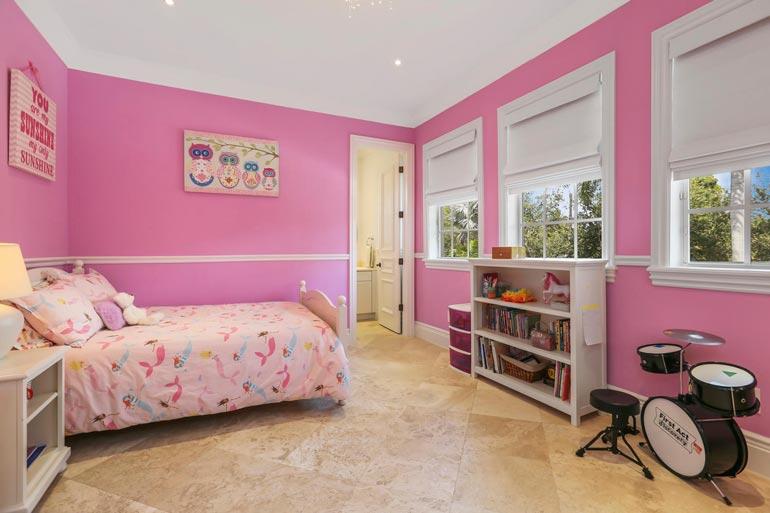 Temperamenttisena tyttönä tunnetun Leonoren pinkissä huoneessa on hieno rumpusetti.