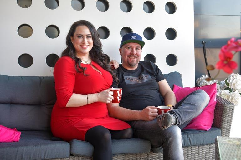 Niina ja Jussi tutustuivat Tinderissä.