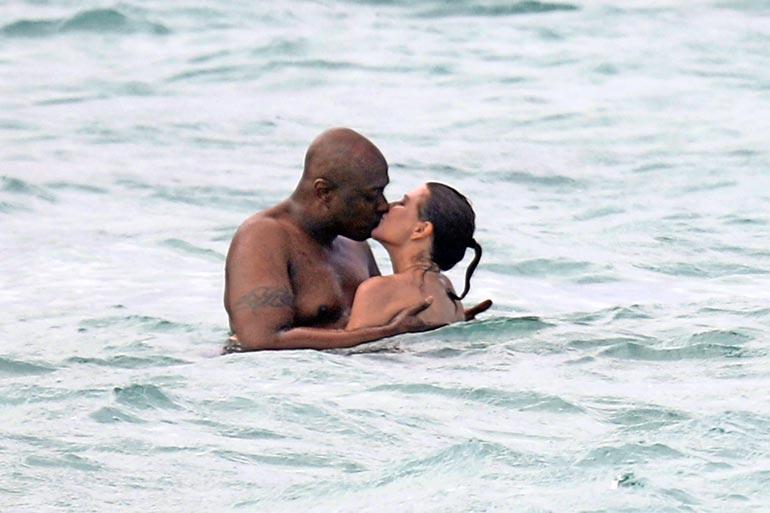 Pariskunta antautui kuumiin suudelmiin aalloissa.