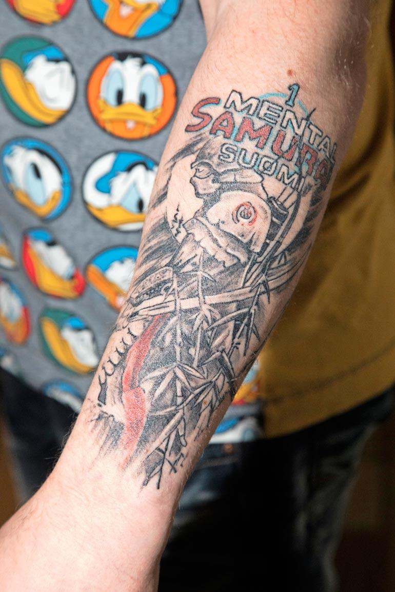 Henryn käsivarressa komeilee suuri Mental Samurai -tatuointi. – Heitin kisakumppaneilleni haasteen, että voittaja ottaa sitten asianmukaisen tatuoinnin.