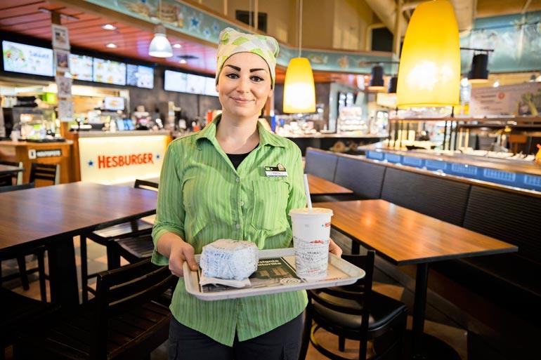 – Teen monipuolista asiakaspalvelutyötä, paistan myös hampurilaisia, Pirita hymyilee.