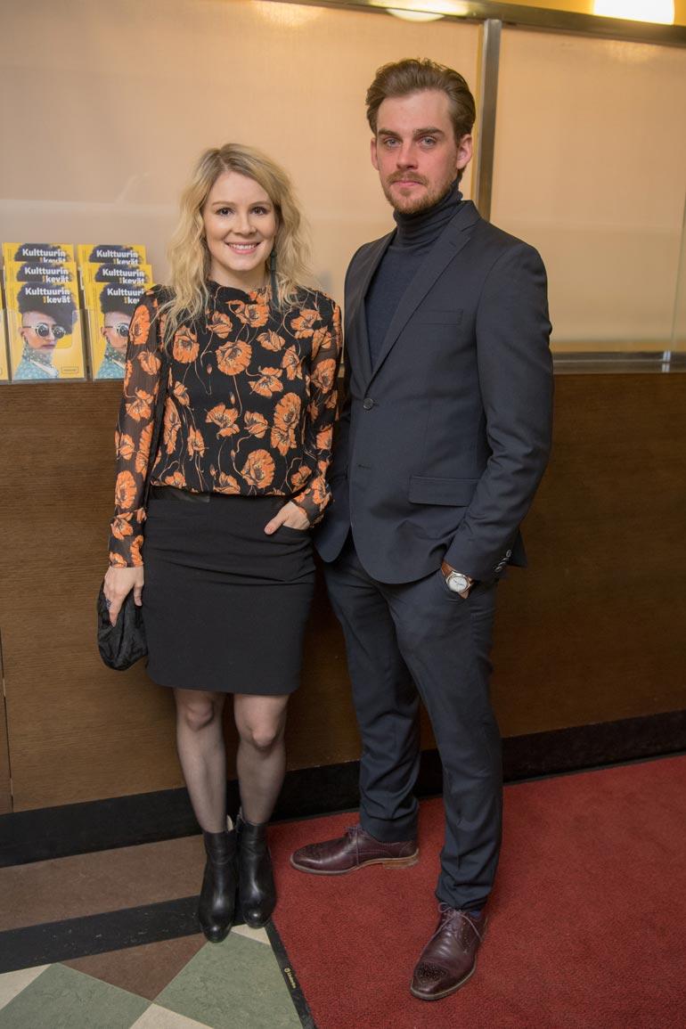 Lauri pyörittää uusioperhettä Pamela Tolan kanssa.