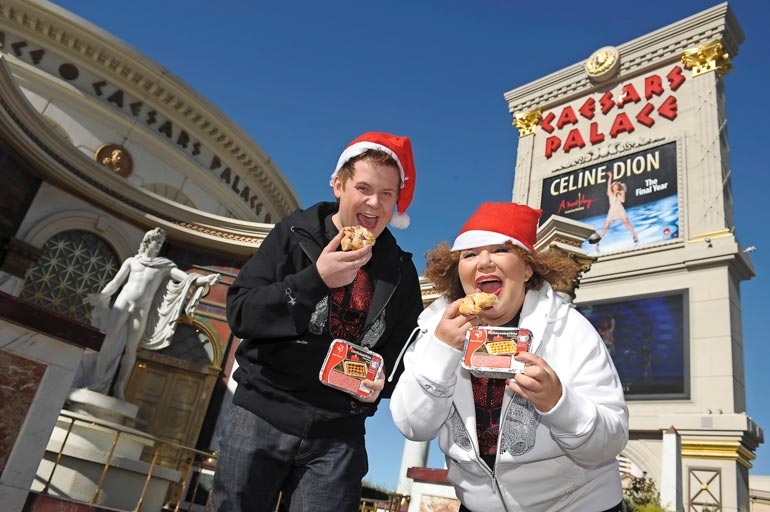 Anita Hirvonen ja Janne Kataja kauhoivat Saarioisten lanttulaatikkoa Las Vegasin maailmankuululla Stripillä jouluna 2007.  – Kaikkea sitä onkin tullut tehtyä!