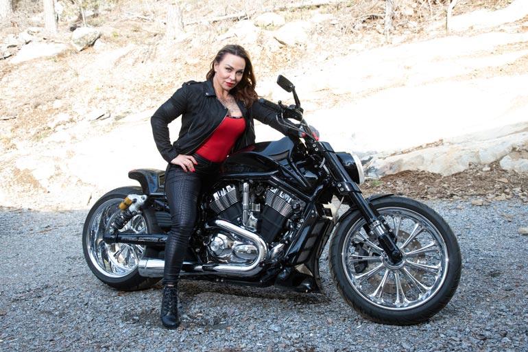 – Sain ensimmäisen kaksipyöräisen bensavehkeen 12-vuotiaana. Myöhemmin minusta tuli harrikkamimmi, Camilla tokaisee jyhkeän kulkupelinsä päällä.