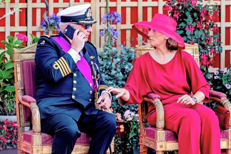 Belgian itsepäinen prinssi Laurent, 56, viis veisaa protokollasta. Piittaamaton prinssi osoitti mieltään kesällä 2018 keskittymällä mieluummin luuriinsa kuin maansa kansallispäivään ja kuningasveljensä Philipin kunniaksi järjestettyyn sotilasparaatiin.