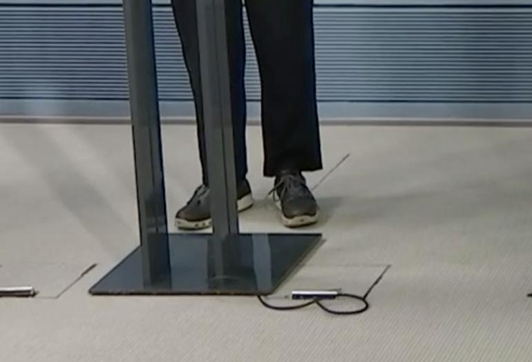 Li Anderssonin kenkävalinta herätti huomiota tiedotustilaisuuden aikana.