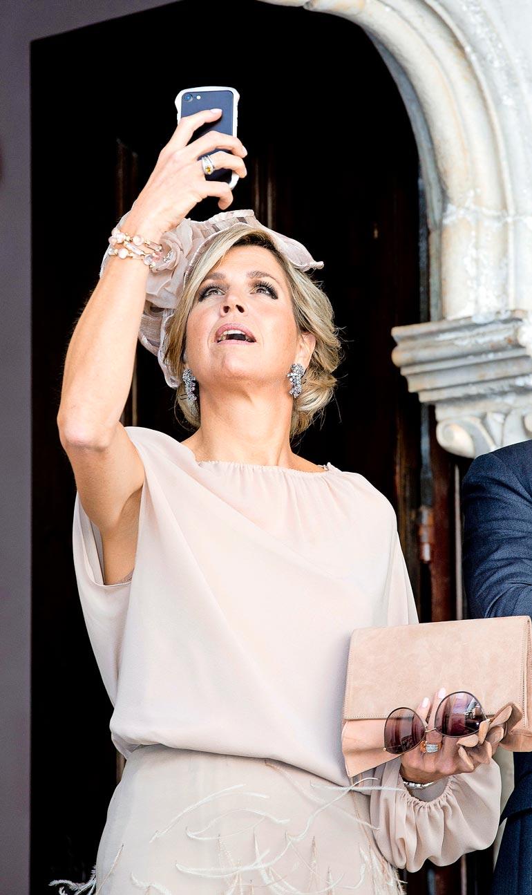 Hollannin kuningatar Maximaan iski lapsetuskohtaus kesken Portugaliin tehdyn valtiovierailun. Ilmailualan seminaari oli sen verran pitkäveteinen, että Maxima ryhtyi kuvaamaan itseään. Kuningattarelta oli päässyt unohtumaan, että kunniavierasta kohti sojottaa koko ajan kymmeniä kameroita.