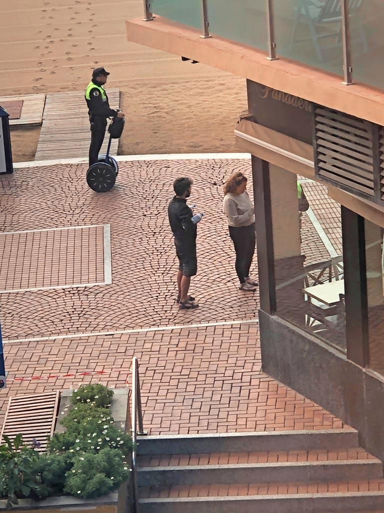 Hermo kireällä. Sami ja Nina panivat Kanarialla merkille espanjalaispoliisien kiukuttelun. – He ohjeistivat meitä turisteja tarpeettoman kovasanaisesti.