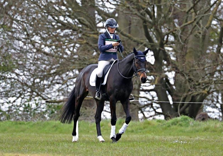 Prinsessa Annen tytär Zara Tindall todistaa tässä, että sokkonakin voi ratsastaa jos on syntynyt hevosen selässä, kuten koko Englannin kuningasperhe. Ratsastus- onnettomuus voi silti sattua Zarallekin, jos keskittyy Facetime- puheluun kesken laukan.