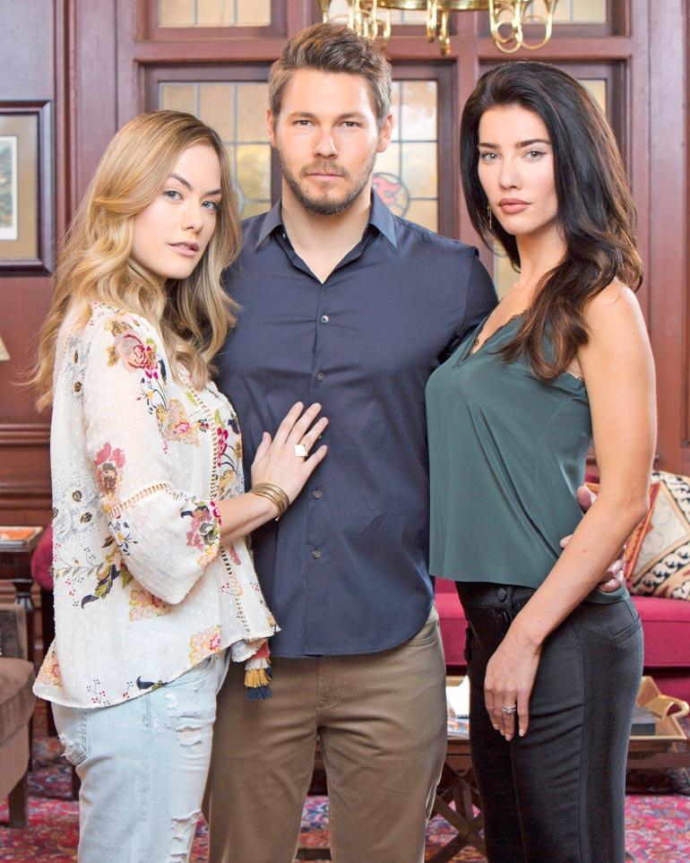 Annika näyttelee Brooken tytärtä Hope Logania Kauniissa ja rohkeissa. Kuvassa myös Scott Clifton ja Jacqueline McInnes Wood.