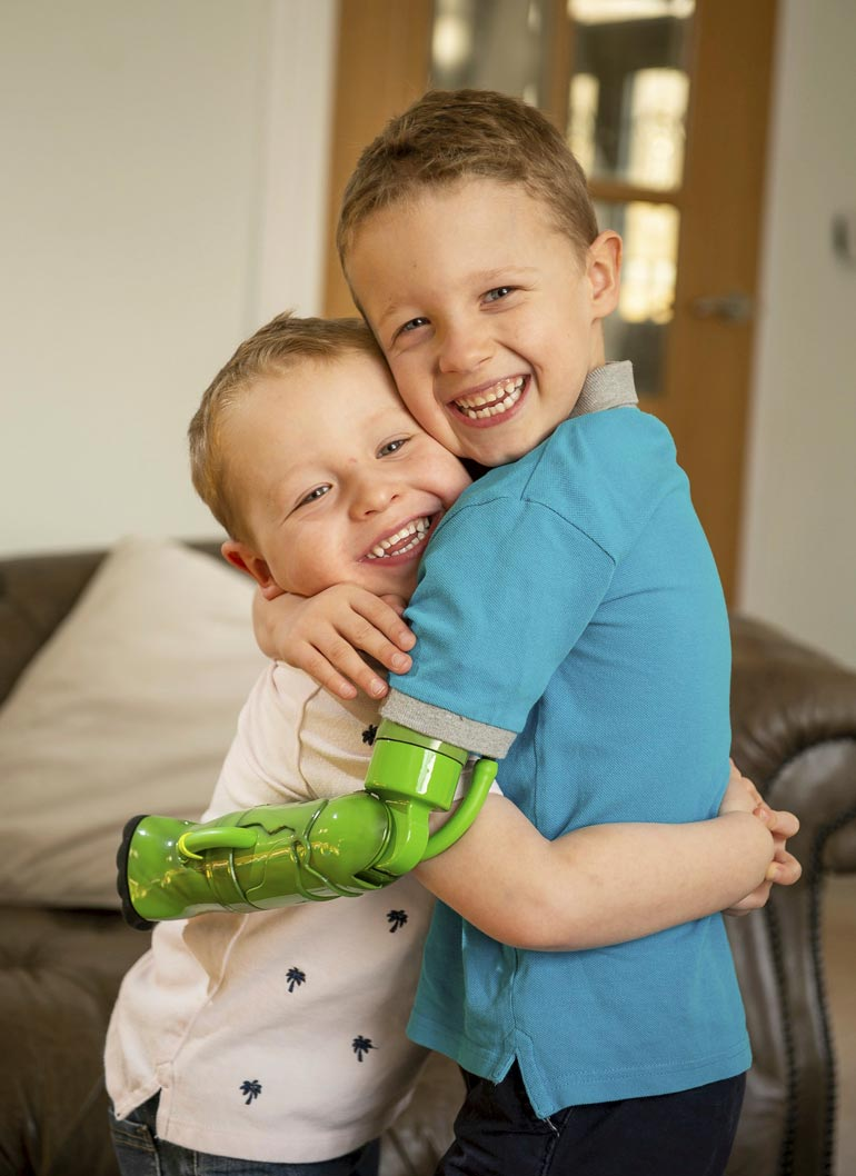 Jacob rakastaa halaamista yli kaiken. Pikkuveli Sebastian on useita kertoja päivässä rutistuksen kohteena.