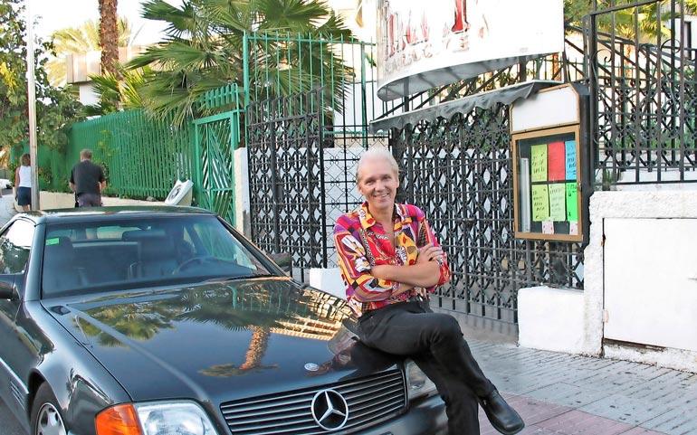 Vuonna 2003 Jorma poseerasi iloisena Mersunsa konepellillä Tiffany-ravintolan edessä.