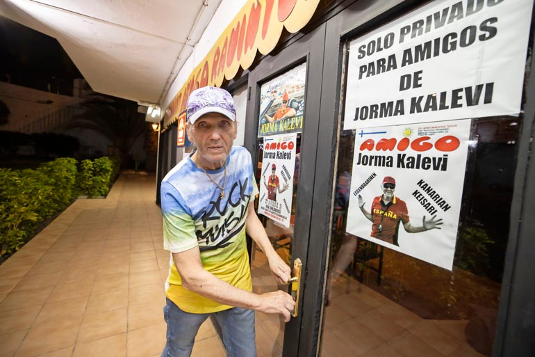 Suomi-rekvisiitta kuuluu Kanarian keisarin ravintoloihin. Amigo-ravintolansa ostajasta Jorma pysyy vielä salaperäisenä.