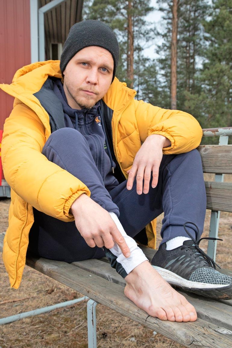 – Teen yhä joka aamu liikeharjoituksia, jotta jalka säilyy toimintakykyisenä, harhaluodin jalkaansa vuonna 2011 saanut nyrkkeilijä Matti Koota kertoo.