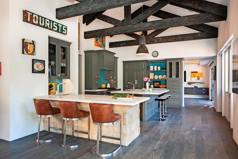 Keittiö on suuri ja modernisti varusteltu. Pöydissä istutaan korkeilla tuoleilla ja jakkaroilla.