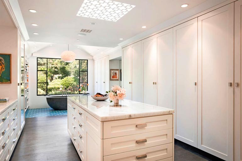 Vieras voi aluksi luulla tulleensa keittiöön, mutta amme paljastaa sen kylpyhuoneeksi. Niitä talossa on kolme.
