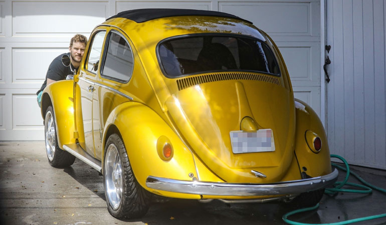 Chris Pratt pesemässä autonsa keulaa