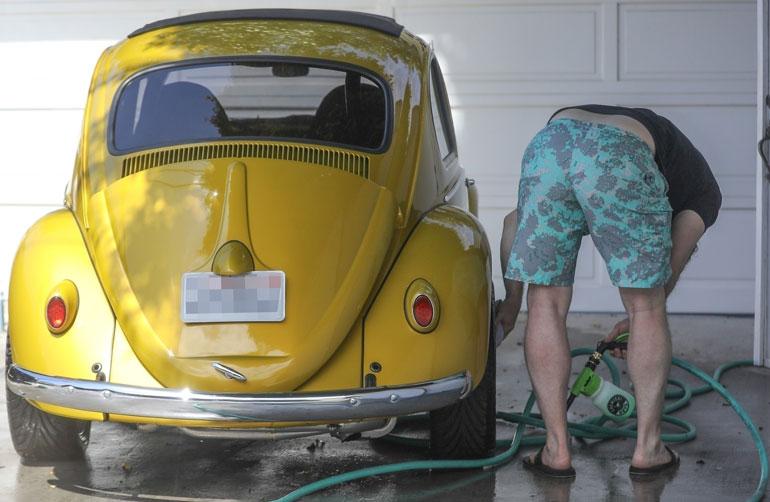 Chris Pratt pyllistää kameralle, kun hän pesee autoaan.