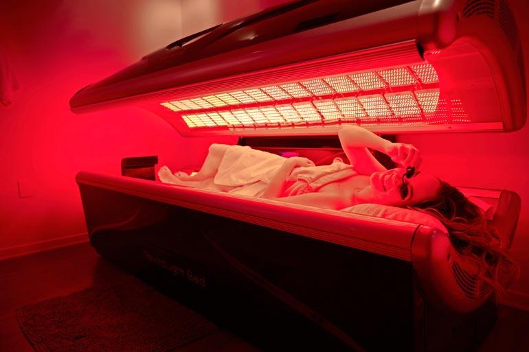 Patentoitu led-valoterapia on Annikan suosikkihoito. Tankki näyttää entisaikojen solariumilta.