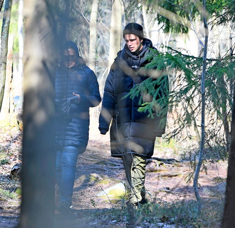 Äiti ja poika tekivät pitkän lenkin metsän siimeksessä. Riitta taisi jakaa pojalleen viisaita elämänohjeita.