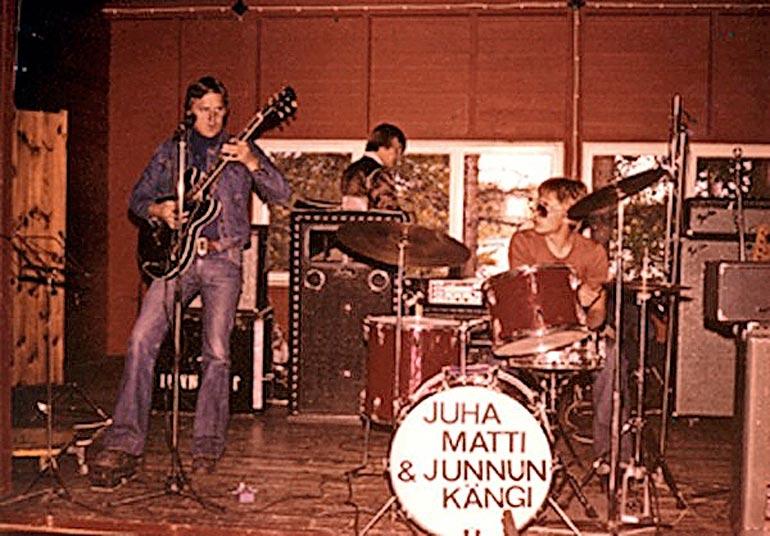 Pohjalaispojan ensimmäisiä yhtyeitä oli seinäjokinen Junnun kängi. Sitä ennen hän lauloi kuortanelaisessa Ville Laurilan yhtyeessä.