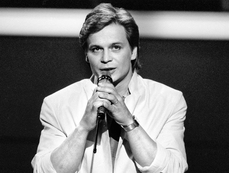 Laulajan menestystä siivitti aikansa uutuus syntetisaattorisoundi ja vanhat tekijät Junnu Vainiota myöten. Kuva vuodelta 1985.
