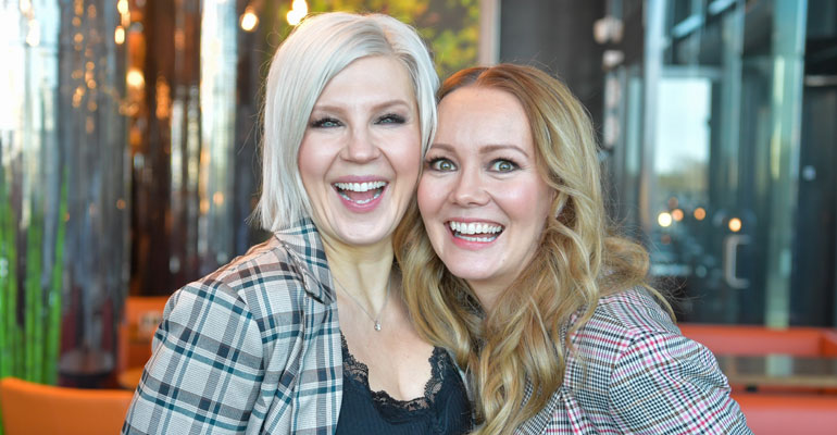 Vappu Pimiä ja Marja Hintikka keskusteluohjelmansa presissä leveästi hymyilemässä.