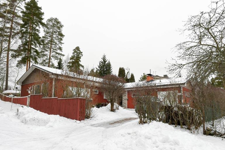 Saara Aallon ja Meri Sopasen asunto on myynti-ilmoituksen mukaan tyydyttävässä kunnossa ja kaipaa kosteusvaurion takia korjausta.