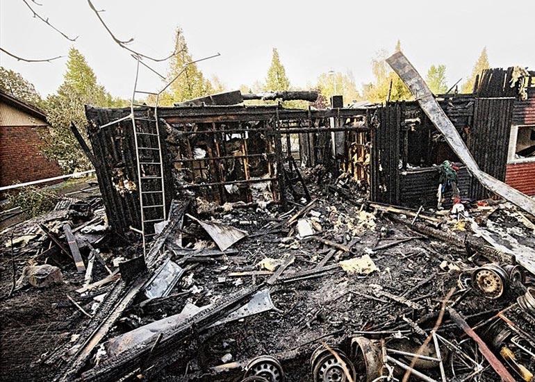 Onnettomuuslautakunnan mukaan palo syttyi saunatiloihin unohtuneesta palavasta kynttilästä. Rakennus tuhoutui minuuteissa.