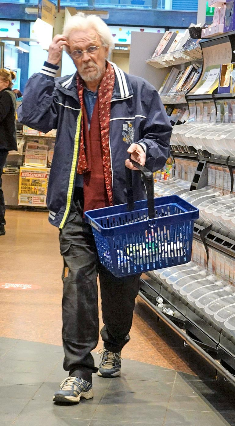 Pena pysähtyi välillä hyllyjen väliin aprikoimaan, mitä ostoslistalla olikaan.