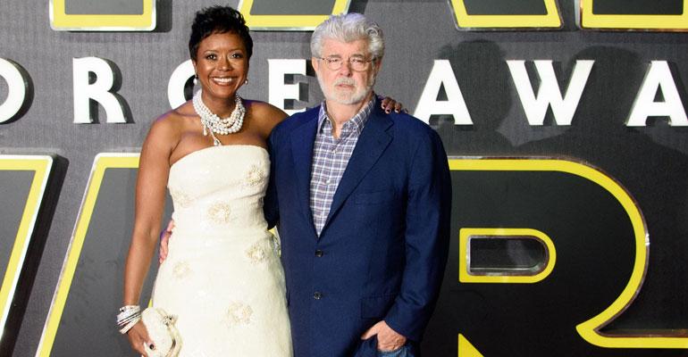 George Lucas seuralaisensa Mellody Hobsonin kanssa seitsemännen Star Wars Force Awekens -elokuvan ensi-illassa Lontoossa vuonna 2015.