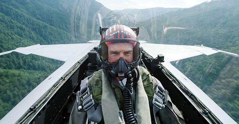 Tom Cruise rämäpäisenä hävittäjälentäjänä Top Gun: Maverick -leffassa.