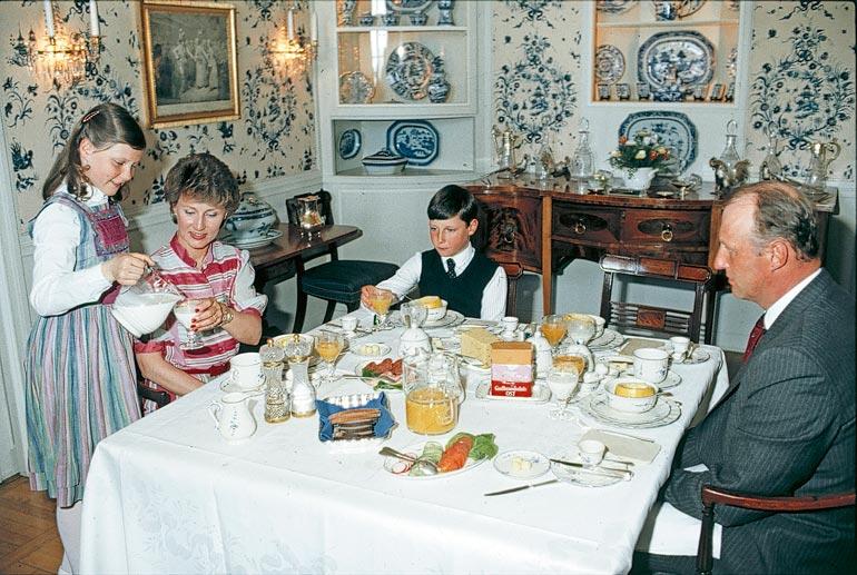Harald ja Sonja asuivat lastensa Märtha Louisen ja Haakonin kanssa kartanossa 1970–1980-luvuilla, ennen kuin Harald kruunattiin kuninkaaksi vuonna 1991.