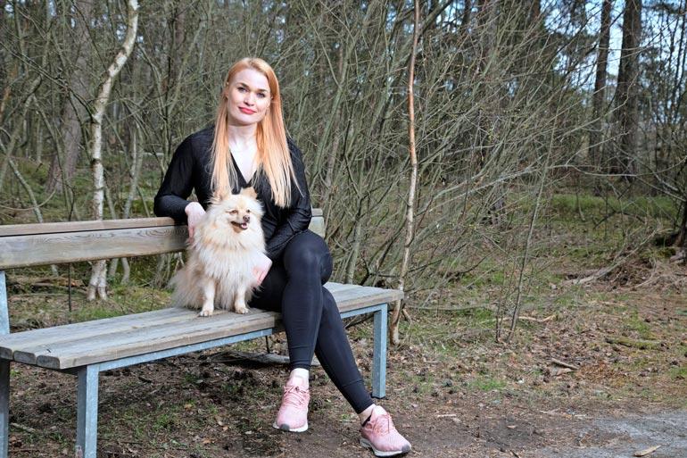 Iida Ketola-Korppila katsoi viestihäiriköintiä aluksi läpi sormien, mutta uhkailu vain paheni. Kuvassa poseeraa myös Iidan ja Rennen rakas koira Kristoffer.