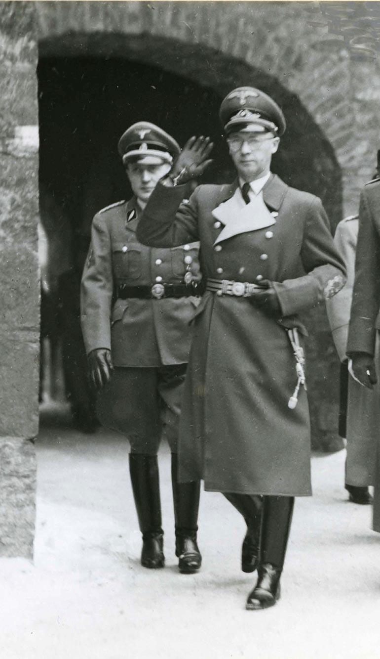 Pihapiirissä käyskentelee myös saksalaissotilas Josef Terbovenin haamu.