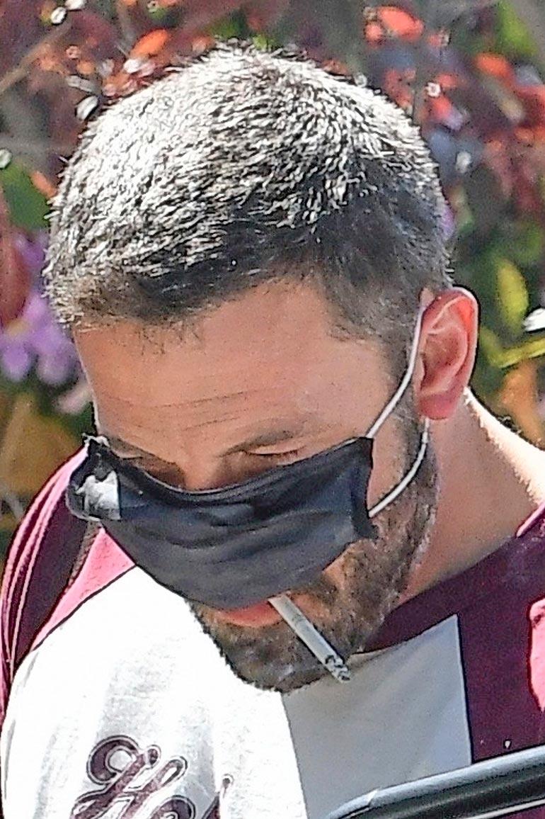 Koronasta viis! Oscarillakin palkittu Ben Affleck heivasi suojamaskinsa sivuun päästäkseen tupruttelemaan tupakkia.