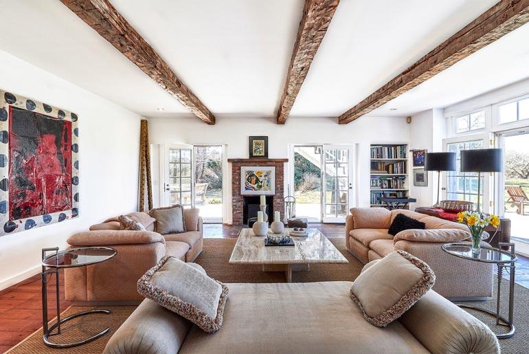 1920-luvulla varustetun talon vanhat kattoparrut on jätetty tarkoituksella näkyviin.
