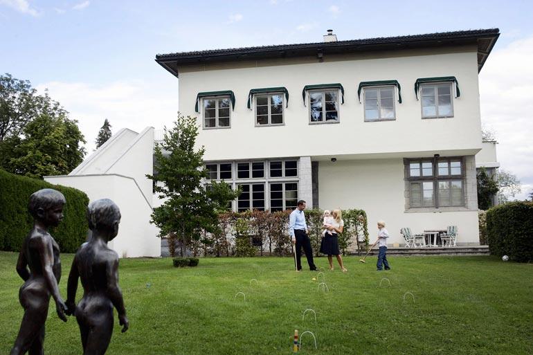 Kartano rakennettiin vuonna 1930 palaneen talon perustuksille.
