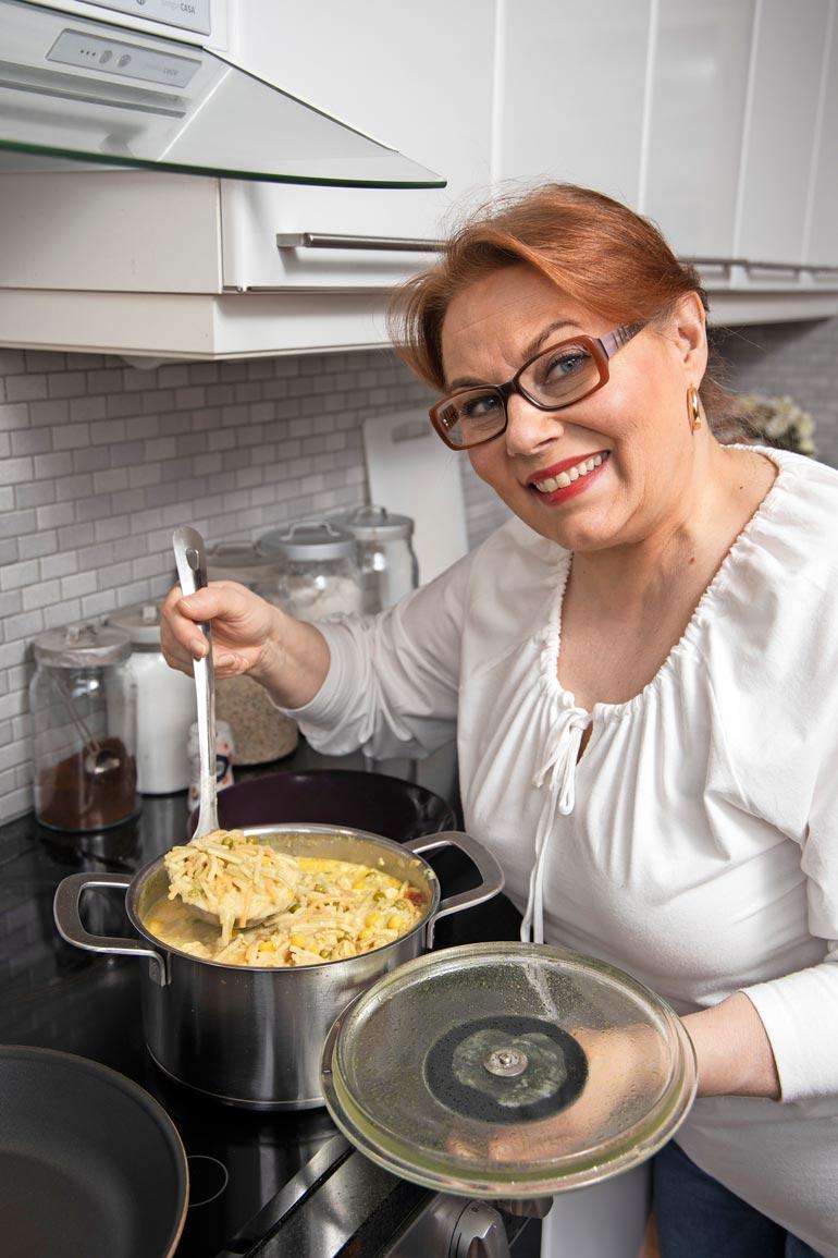 Kanakeiton spagetit eivät Ninan mukaan ole parhaimmillaan enää seuraavana päivänä, joten soppa kannattaa syödä heti.