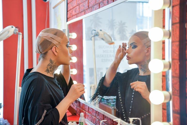– Ihmisillä on drag-artisteista usein se väärinkäsitys, että nämä haluaisivat olla naisia.