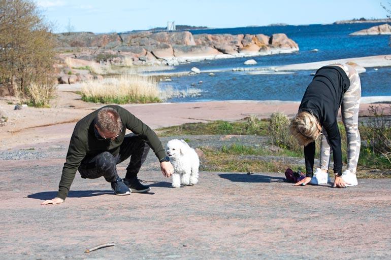 Elli-koira seurasi sivusta Hennan ja Mikan jumppahetkeä.
