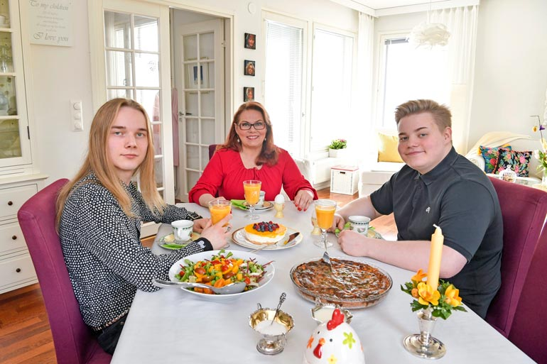Nykyään Nina loihtii aterioita lähinnä pojilleen Mikaelille ja Matiakselle.