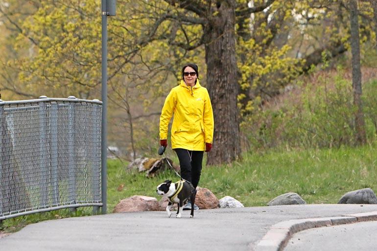 Jenni oli pukeutunut keltaiseen takkiin ja aurinkolaseihin.
