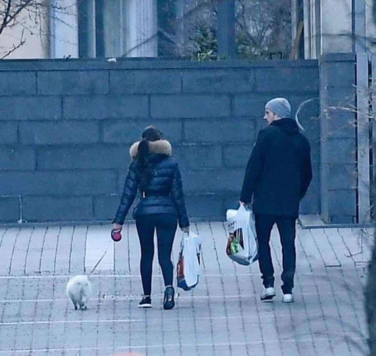 Kohupari asuu nyt Helsingin Eiranrannassa. Kuvassa pari vie murkinaa asunnolle.