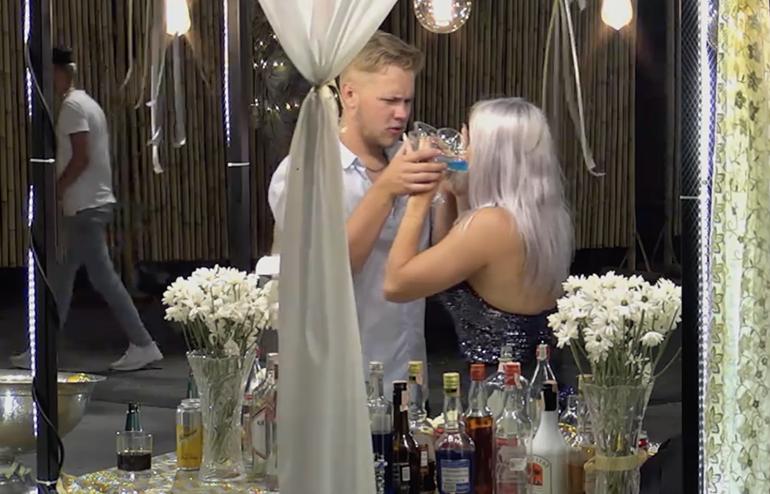 Markus juottaa Miralle reilusti lisää isosta pikarista.
